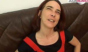 Haessliche Gerda wichst und Schluerft Sperma
